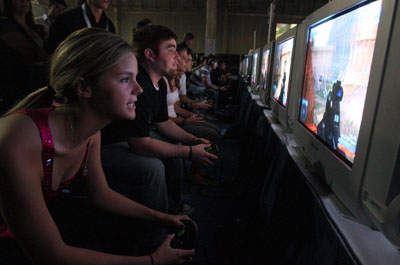 girl-playing-halo2.jpg